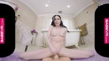 Беременная сучка мастурбирует черным страпон перед вебкамерой
